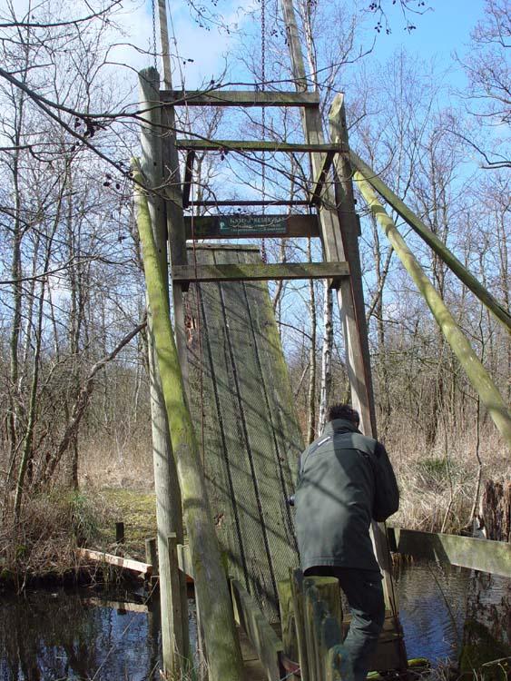 De boswachter sluit de eendenkooi weer af