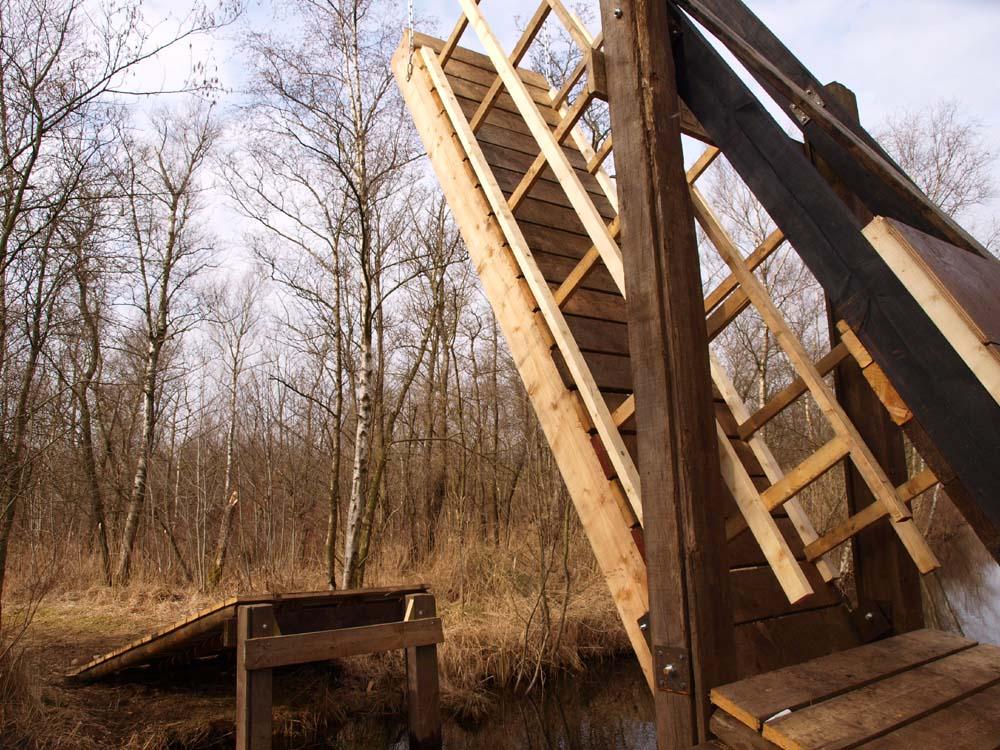 De nieuwe toegangsbrug van Kooi van Pen is klaar, alleen nog een verfje!